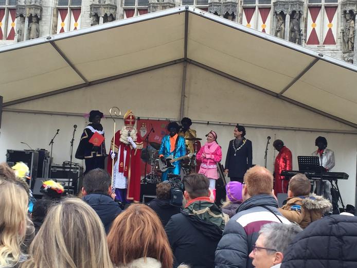Ook de burgemeester verwelkomde Sinterklaas.
