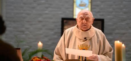 Priester (94) uit Enschede preekt al 65 jaar: 'Ik werd 'de heer' genoemd'