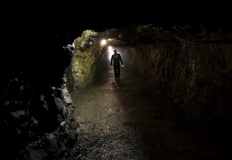 Een man loopt door het tunnelcomplex Riese. Het geheime tunnelcomplex is in de Tweede Wereldoorlog aangelegd door de nazi's. In een van de mijnen zou de trein begraven liggen.