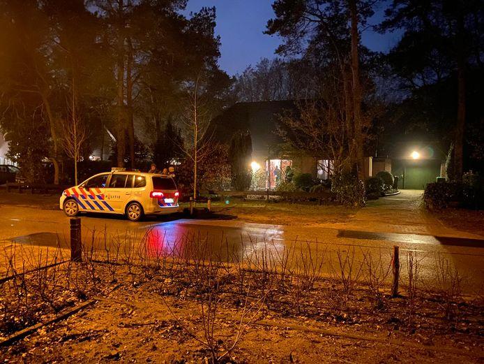 De politie is aanwezig na een woningoverval aan de Julianalaan in Ermelo.