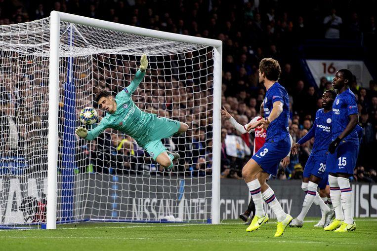 Hakim Ziyech van Ajax scoort uit een vrije trap. Keeper Kepa Arrizabalaga van Chelsea is kansloos. Beeld null