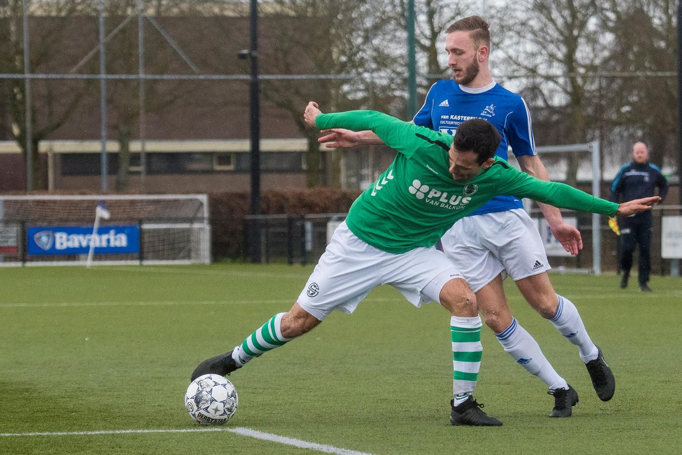 Max van den Akker probeert namens Marvilde de bal te veroveren op een speler van Sparta'25.