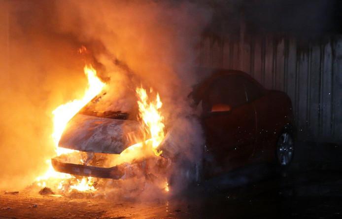 Een auto werd in Vught in brand gestoken.