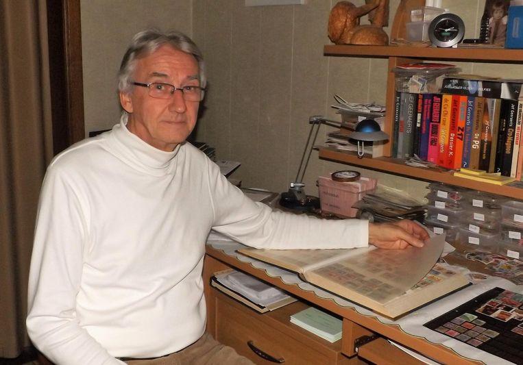 """Marcel Van den Bogaert, voorzitter van de Koninklijke Rupel Hobby Club, bij zijn postzegelverzameling. """"Volgend jaar moeten er betere afspraken komen.""""."""