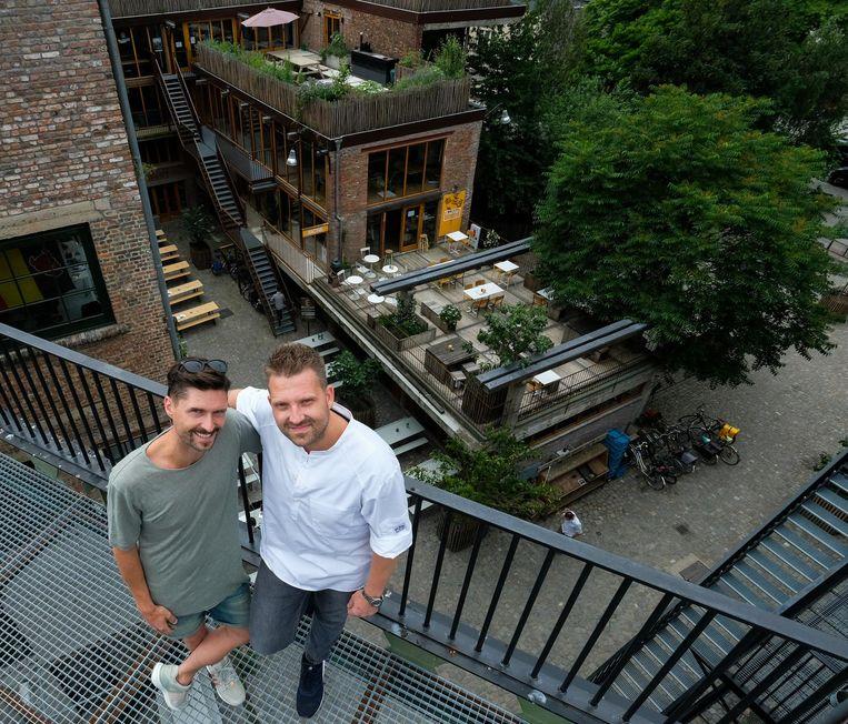Initiatiefnemers Nico Morano en Nick Bril op het dak van PAKT.