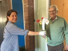 Met 252 bosjes tulpen langs de deur in Oisterwijk: 'Thuiswonende ouderen niet vergeten'