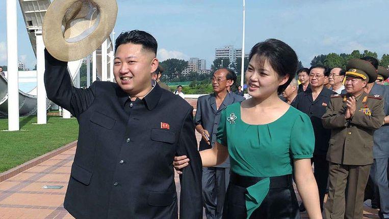 De Noord-Koreaanse leider Kim Jong-un (links) met zijn vrouw, op een ongedateerde foto. Beeld afp