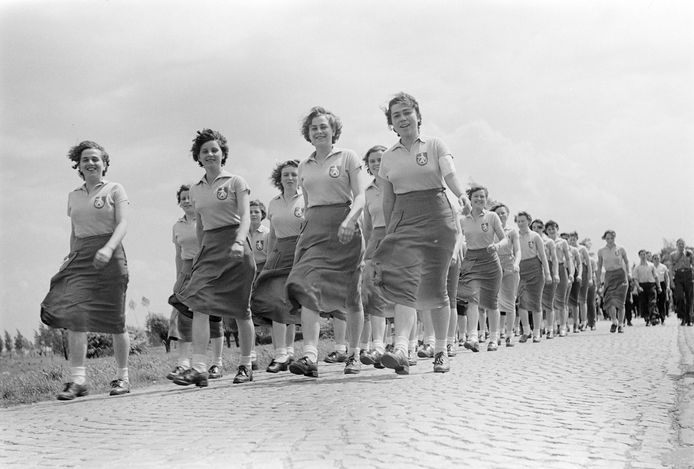 Meisjeswandelgroep van Organon in het buitengebied tijdens de ' Oss Voorwaarts'-wandeltocht op 11 mei 1952.