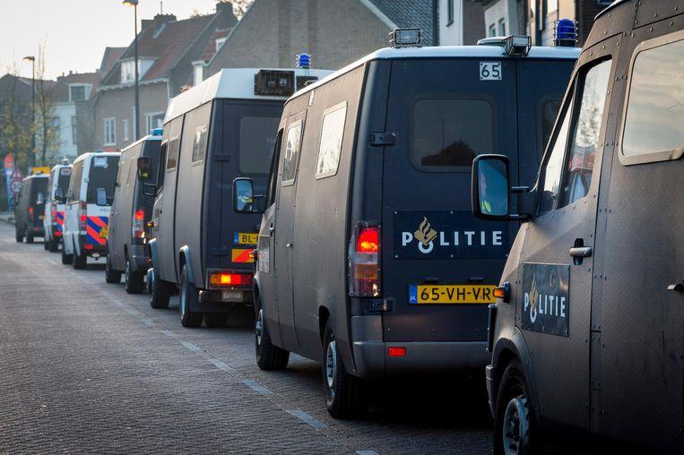 ME-busjes tijdens de voorbereidingen in Maassluis voor de intocht van Sinterklaas Beeld anp