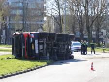 Vrachtwagen met cementmolen op zijn kant op verkeersplein in Overvecht