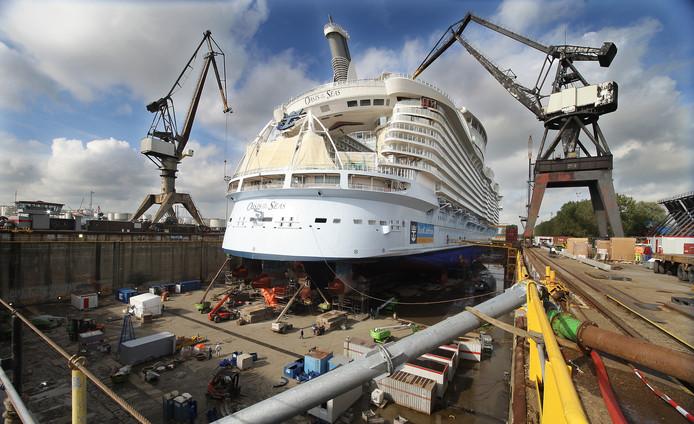 De Oasis of the Seas in het droogdok van Keppel Verolme. Het op dat moment grootste cruiseschip van de wereld is meteen het laatste grote cruiseschip dat in Nederland een onderhoudsbeurt krijgt.