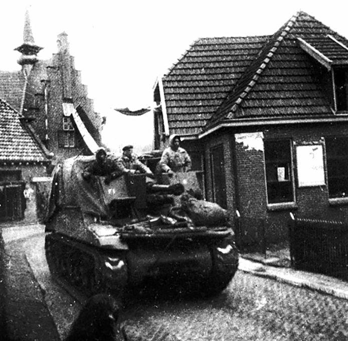 Canadezen rijden met tank over Grotestraat bij de bevrijding van Tubbergen.