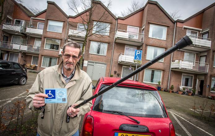 Willem den Blanken met zijn invalidenparkeerplaats.