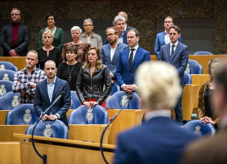 Kamerleden dinsdag in de Tweede Kamer tijdens de herdenking van Jos van Kemenade. Van Kemenade (PvdA) was in de jaren 70 en 80 tweemaal minister van Onderwijs.  Vanwege het coronavirus werken enkele Brabantse kamerleden vanuit huis. Beeld ANP