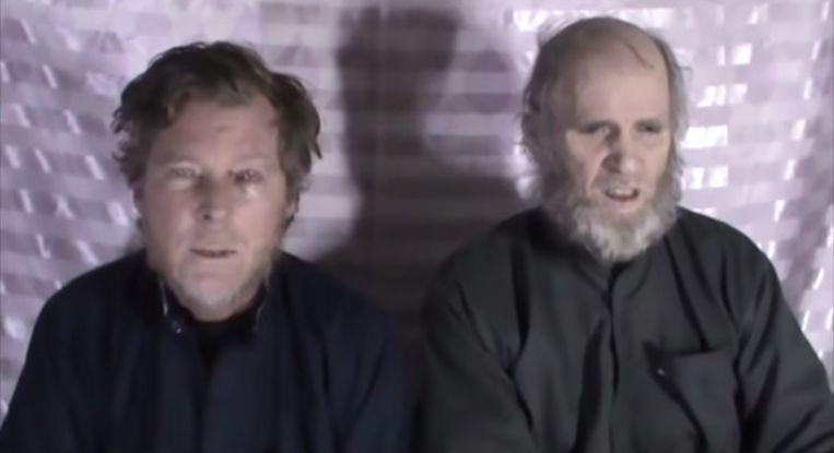 Timothy Weeks (links) samen met zijn collega Kevin King in een video die in 2017 door de Taliban werd vrijgegeven.  Beeld Reuters