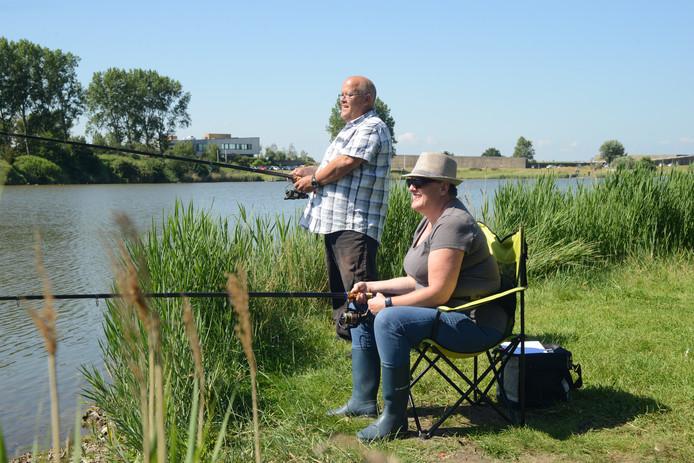 Jeanette Tennekes en haar visvriend Ron Theuns deden mee aan de visdag bij de Ouwerkerkse kreek.