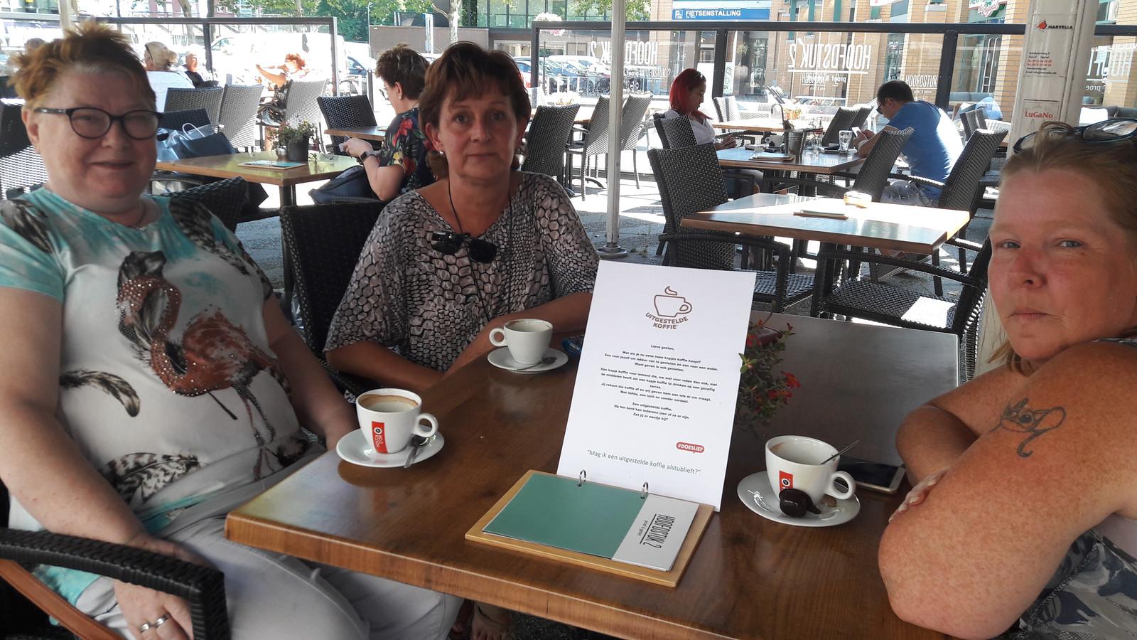 Lenie, Maureen en Heidi aan de koffie op het terras van Hoofdstuk 2 op De Wal in Oss.