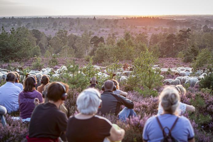 De toeschouwers dragen gedurende de hele natuurvoorstelling een koptelefoon