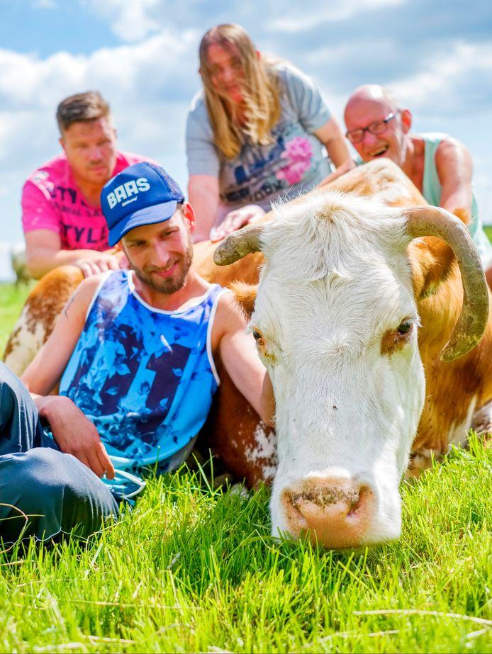 Op de foto bewoners van de zorgboerderij: vooraan Jeroen, daarachter vlnr Joost, Danielle en Kees. Rechtsvoor is de koe.