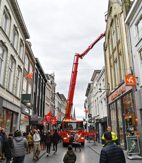 Deel van dak losgekomen van pand langs drukke winkelstraat in Breda