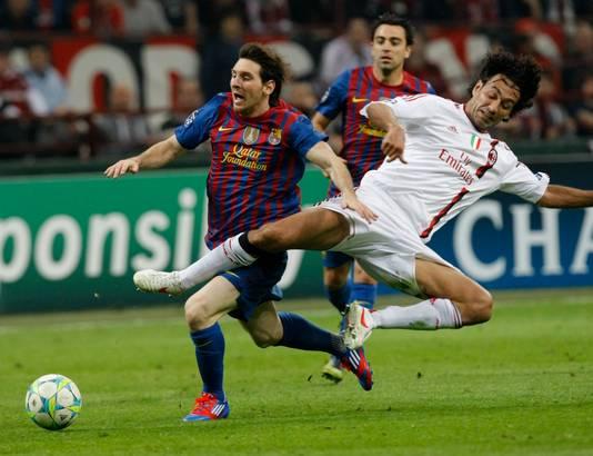 Alessandro Nesta in duel met Lionel Messi in 2012.
