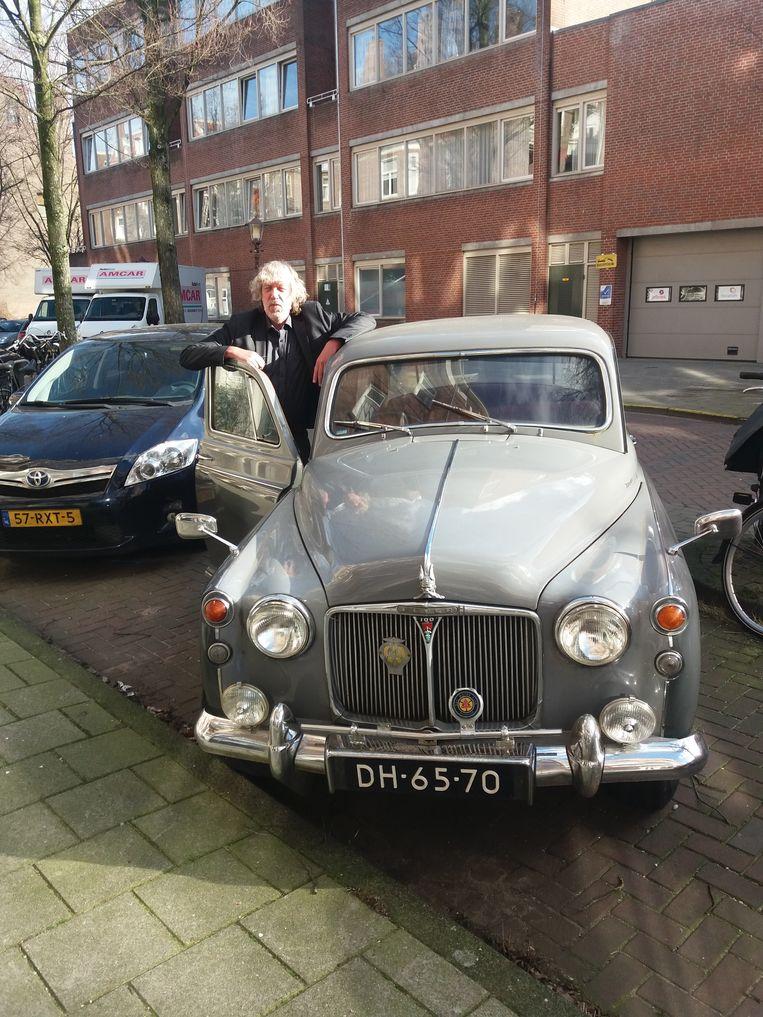 Rob Schouten met zijn Rover P4. Beeld