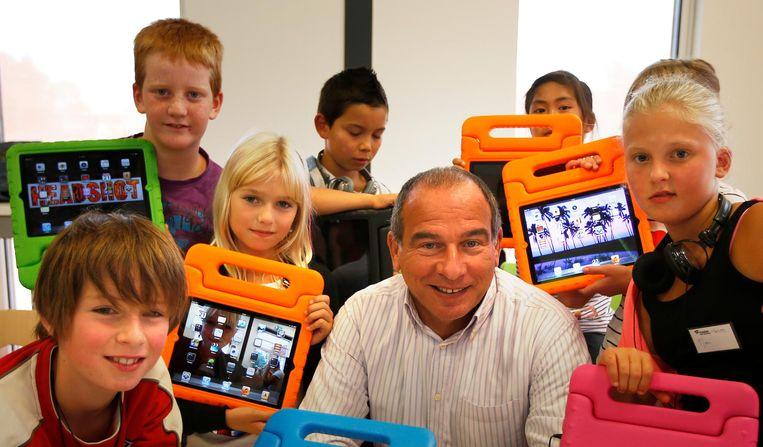 Initiatiefnemer Maurice de Hond met leerlingen op de Master Steve Jobs School in Sneek. Beeld anp