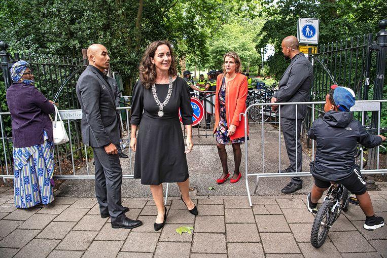 Burgemeester Femke Halsema verlaat het Oosterpark na afloop. Door de coronacrisis mochten er maar weinig aanwezigen zijn. Beeld Guus Dubbelman / de Volkskrant