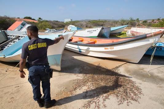 De gevonden bootjes van bootvluchtelingen  worden gedumpt op het Pindakaasterrein, een kale graslap achter de marinebasis op Aruba. Waaraan de locatie zijn naam ontleent, weet niemand meer. Het is een verzamelplek voor zo'n vijftien wrakken met namen als Crazy Frog (rare kikker) of Dios verá (God zal kijken).