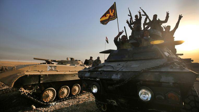 Iraakse troepen buiten Mosul. Beeld afp