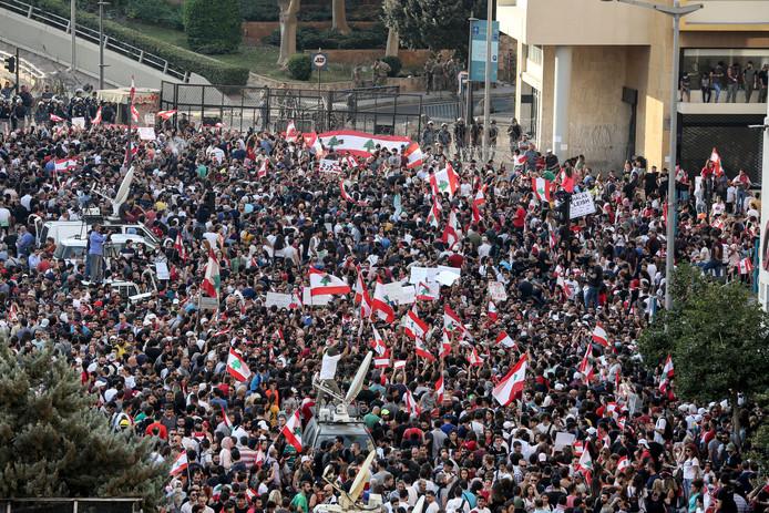 En dépit d'une intervention des forces de l'ordre pour disperser dans la nuit la foule devant le siège du gouvernement à Beyrouth et des dizaines d'arrestations, les manifestants se sont mobilisés à nouveau dans plusieurs villes du pays