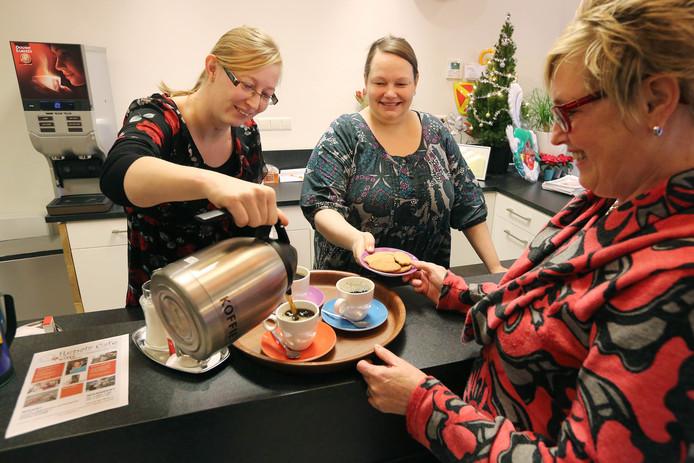 Met de komst van de participatiewet mogen gemeenten de bijstandsgerechtigden een tegenprestatie opleggen. Ze moeten iets terugdoen voor hun uitkering, zoals koffie schenken in een buurthuis.