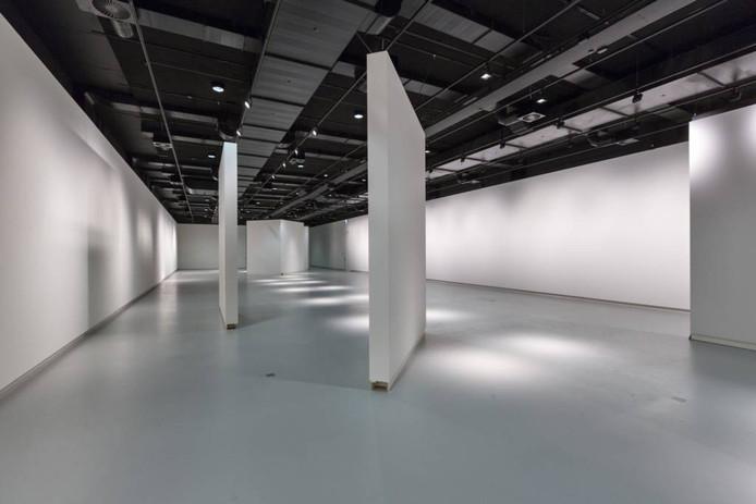 In expositieruimtes van het Stedelijk Museum kunnen de wanden verplaatst worden.