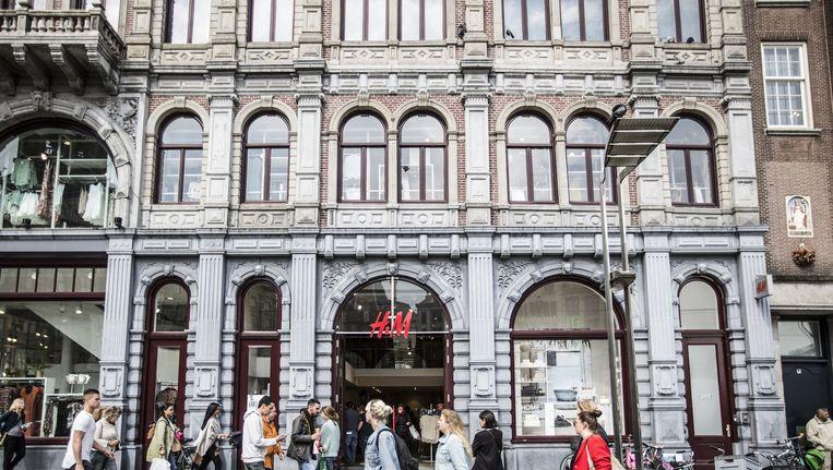 De originele gevel met hoge etalages geeft de H&M aan de Dam de nodige allure. Beeld Eva Plevier