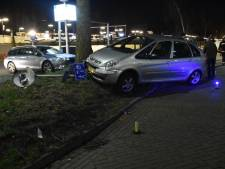 Automobilist rijdt lantarenpaal omver
