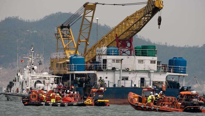 Kustwacht en reddingswerkers op de plek waar de Zuid-Koreaanse veerboot Sewol zonk.
