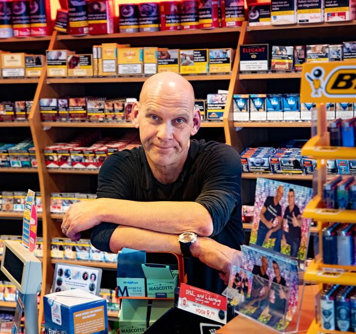 """Pomphouder Peter Smits baalt van het voornemen. ,,Het wordt ons zo wel heel moeilijk gemaakt om onze boterham te verdienen"""", zegt Smits van tankstation Nard Thijs in Bakel."""