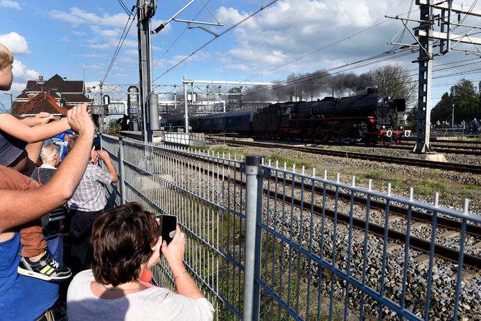 Publiek fotografeert de stoomtrein op het station in Woerden.