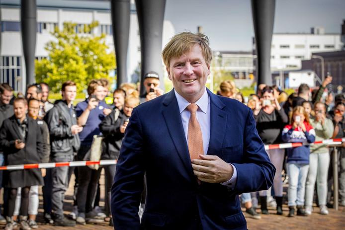 Koning Willem-Alexander komt aan in Hengelo.