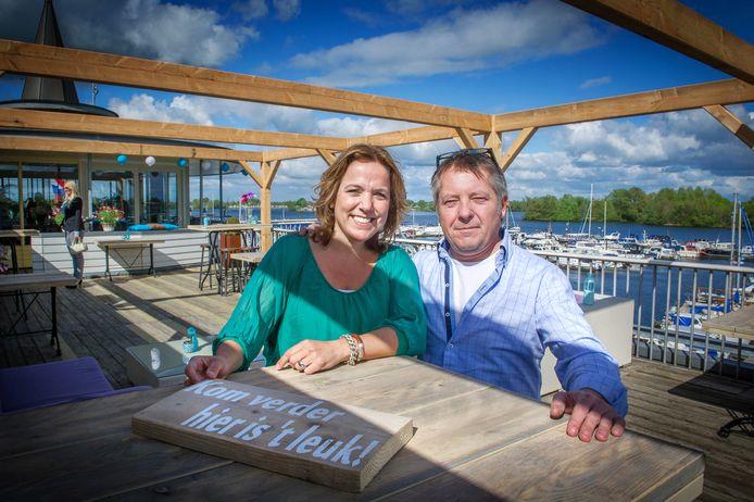 Eigenaresse Marga Bubeck met bedrijfsleider Sjoerd Tonissen. Bubeck vecht de sluiting van haar café en tapasbar aan.