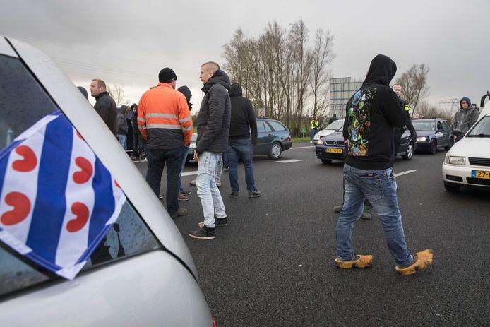 Twee bussen van de actiegroep Stop Blackface werden door tegendemonstranten tegengehouden op de A7 bij Joure. Het OM onderzoekt de blokkade.