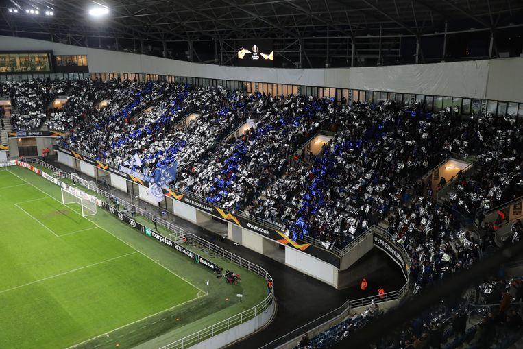 De volledige tribune kleurde blauw-wit