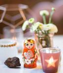 De kindertolk gebruikt baboesjka-poppetjes bij de gesprekken met ouders.