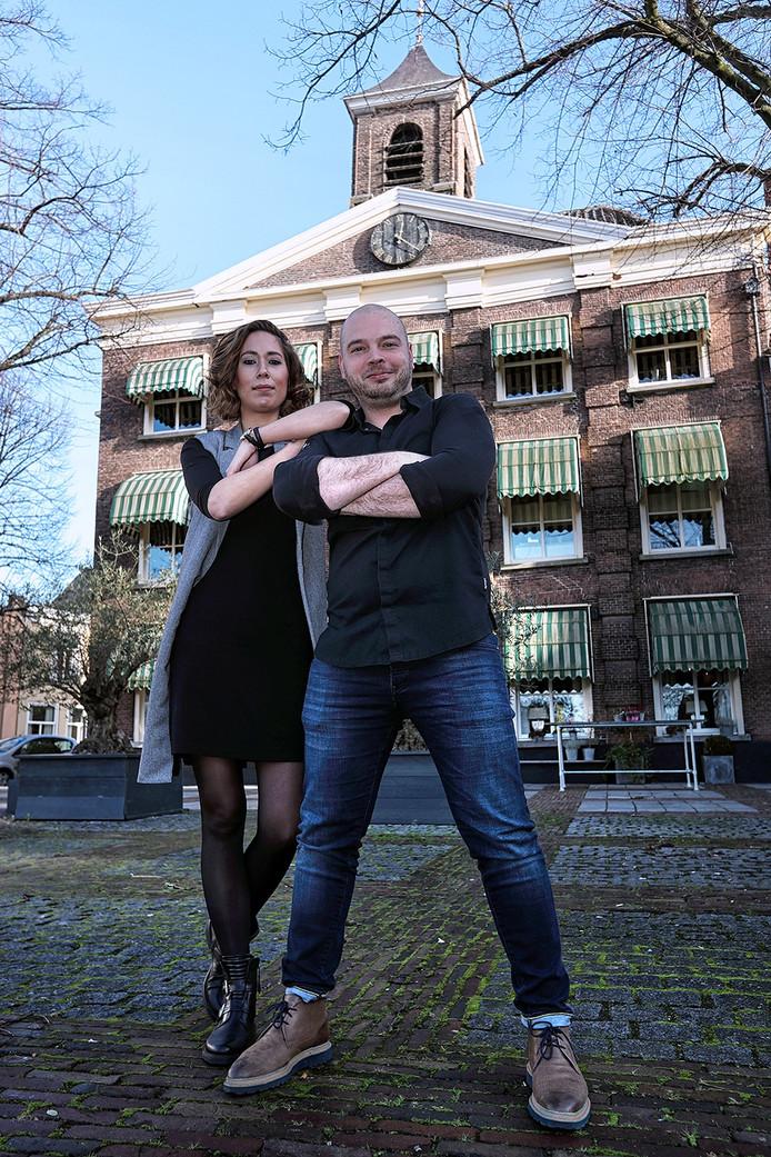 René Vermeulen met zijn vriendin voor het Spuihuis in Bergen op Zoom. Foto Chris van Klinken