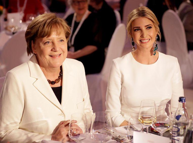 Ivanka Trump op bezoek in Berlijn bij de Duitse bondskanselier Angela Merkel (links), die haar het voordeel van de twijfel gunt. Beeld Michael Sohn/Reuters