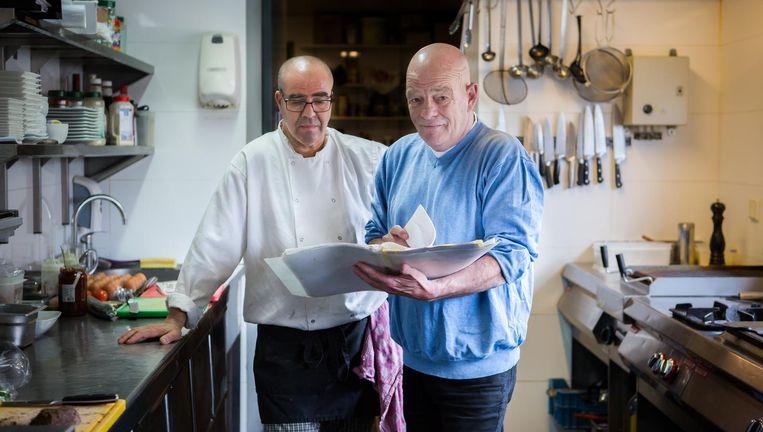 Ruud Pereboom van restaurant Roediez in Diemen legt zijn kok een recept voor. Beeld Cigdem Yuksel