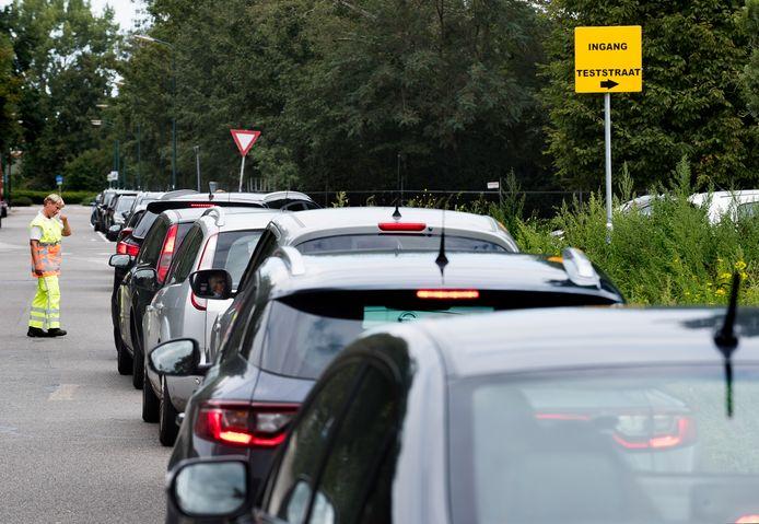 Een lange rij auto's voor de teststraat in Woerden.
