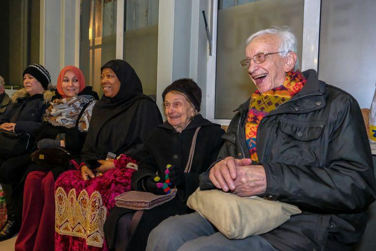 Wake voor sans-papiers: Omer en zijn vrouw schuiven gezellig aan voor koffie en koekjes bij de sans-papiers.