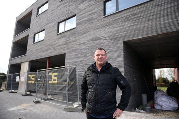 Cafébaas Ronny Mattheus aan het pand waar hij op 1 juli zijn nieuw café opent.