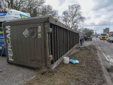Container valt van vrachtwagen in Eindhoven